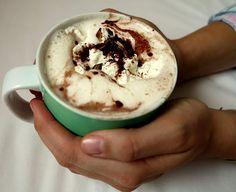 Genau das Richtige für kalte Herbsttage! Heiße Schokolade mit cremiger Sahne und ganz ohne Zucker. So macht genießen Spaß - mit Low Carb wohlfühlen!
