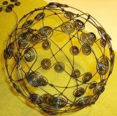 Bastelanleitung für eine Drahtkugel. Die Drahtkugeln können als Ganzjahresdeko verwendet werden. Im Freien wird aus der Drahkugel eine schöne Deko aus Rost.