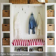 Garderobenschrank in Weiß mit Aufbewahrungskörben und den gestreiften kissen