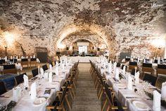 Korkea tiiliholvattu entinen viljavarasto, Tenalji von Fersen, on kunnostettu upeaksi rustiikiksi saliksi, joka muuntautuu monipuolisesti...