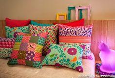 Almofadas estampadas coloridas com retalhos, flores, bolinhas, cores; colored cushions, colors, flowers, dots