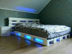 Pallet Bed Projects, Beds made with wooden pallets. Recycled, Upcycled Pallet Bed DIY Ideas And Other Pallet Furniture Plans. Wooden Pallet Beds, Pallet Bed Frames, Diy Pallet Bed, Diy Pallet Furniture, Pallet Ideas, Furniture Ideas, Pallet Wood, Wood Furniture, Diy Wood