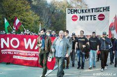 """DDemonstration nahe der Flüchtlingssammelstelle in Spielfeld am 31. Oktober 2015  Eine #Demonstration am Samstag nahe der #Flüchtlingssammelstelle in #Spielfeld richtete sich (offiziell – die Transparente sprechen eine andere Sprache) gegen die #Regierung und die """"#scheiß EU"""", wie es in den Sprechchören hieß.  Gefordert wurden außerdem Grenzzäune und die Realisierung der """"Festung Europa""""."""