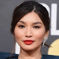 Whether you just want to live vicariously through these Golden Globes guests or you're looking for eyeliner and hairstyle ideas for your next big event — or, you know, work on Monday — keep scrolling to see the best beauty looks of the 2019 Goldeb Globes. Gemma Chan, Asian Hair And Makeup, Hair Makeup, Verde Jade, Blush Rosa, Hollywood, We Fall In Love, Golden Globes, Red Lips