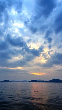 02 Sept. 18:36 日の入り時刻の博多湾です。 #sunset time (Cloudy Evening Now at Hakata bay in Japan)