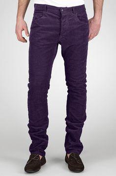 Usa unos pantalones de color, asegurate que sean opacos si no quieres llamar mucho la atencion. Combina este tono con un saco gris o azul claro para un look mas creativo.