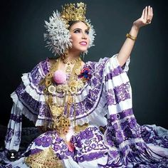 National dress La Pollera Panamá 🇵🇦 Costumes Around The World, Panama City Panama, Ethnic Fashion, Handmade Clothes, Traditional Dresses, Fashion Forward, Beautiful People, Culture, Lady