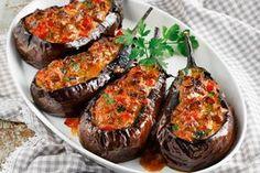 Μια συνταγή για ένα υπέροχο, πεντανόστιμο γεύμα. Τσακώνικες μελιτζάνες, γεμιστές με μαλακό μοσχαράκι κε μπαπ για ένα πιάτο που θα ενθουσιάσει εσάς, την οικ Cookbook Recipes, Cooking Recipes, My Favorite Food, Favorite Recipes, Eat Greek, Greek Cooking, Savoury Baking, Food Decoration, Mediterranean Recipes