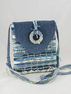 Kabelka je vyrobená technikou tkania na ráme s použitím pásikov rifloviny a efektnej priadze, doplnená klopou z rifloviny. Určená je pre nositeľky dušou slobodné, mladistvé a odvážne. Svoje...