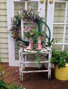 Leave an old hose lying around? Do not throw! Try this DIY wreath project that Leave an old hose lying around? Do not throw! Try this DIY wreath project that . Garden Hose Wreath, Chair Planter, Balcony Flowers, Diy Flowers, Cute Diy Projects, Old Chairs, Dining Chairs, Garden Chairs, Balcony Garden
