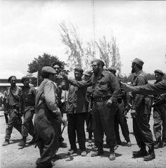 Fidel en su recorrido por Playa Giron dialoga con los milicanos e importe las ordene de combate.