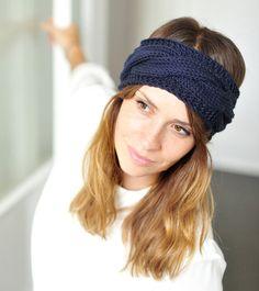 """Strick-Kit: Das Stirnband """"Ella""""von paula_m ist Ohrenwärmer und Haarband in einem. Ein echtes Lieblingsstück für kalte Tage. Das Strick-Kit enthält 2 Knäuel Puno in Deiner Wunschfarbe sowie die Anleitung als P..."""