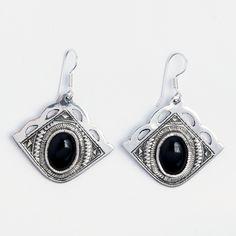 Cercei amuletă Kanem, argint gravat și onix, Niger #metaphora #silverjewelry #tuaregjewelry #earrings #onyx #amulet Hamsa, Drop Earrings, Black, Jewelry, Ale, Animal, Jewlery, Black People, Jewerly