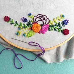 🌿 v i e r n e s | s e p t i e m b r e • Algo que siempre digo en clases a mis alumnas es que, cuando bordas flores no hay una combinación perfecta. Los más lindos campos de flores tienen una variedad hermosa de tipos de flores y de colores 🌷🍃🌻🌺🌸 Así que en cuanto a combinación de colores, ponle todos los que sientas 🙌🏻 (esto aplica para pintar flores también) #babyhoops #bordadoamano #bordado #hechoenecuador #hechoamano #embroideryart #embroideryinstaguild #modernembroidery #broderie…