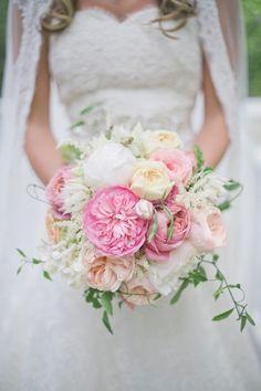 robe de mariée en dentelle et bouquet en couleurs pastel
