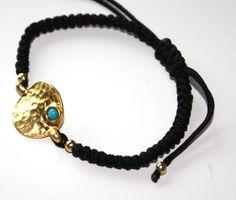 Pulsera Dot: Pulsera de cuerda hecha a mano con pieza bañada en oro y turquesa.