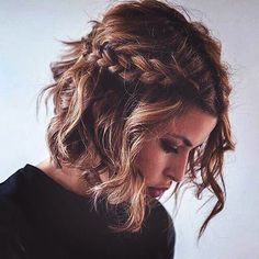 Holiday season is heating up! Check out these pictures of cute and easy party hairstyles for medium hair that will look great for work events, NYE and more.