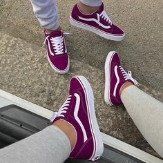 Sneakers are fantastic shoes for women's casual wear. With a big variety of designs and brand names coming out every year, ladies can definitely find a pair that will fit their personal design and way of life. Vans Sneakers, Moda Sneakers, Sneakers Mode, Cute Sneakers, Best Sneakers, Girls Sneakers, Adidas Shoes, Vans Shoes Fashion, Sneakers Fashion Outfits