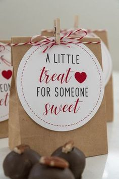 Use these A Little Treat for Someone Sweet Valentine Gift Tags to give little bags of chocolate or candy to your friends. Perfect for kids, class, or teacher gifts. for best friends valentines Valentines Bricolage, Valentines Diy, Valentine Treats, Printable Valentine, Printable Tags, Free Printables, Valentines Goodie Bags, Valentine Chocolate, Hot Chocolate