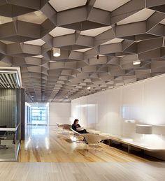 teto e parede como referencia Rio Tinto Regional Centre, Brisbane, by Geyer Commercial Design, Commercial Interiors, Faux Plafond Design, Ceiling Plan, Ceiling Ideas, Workspace Inspiration, Design Inspiration, Design Ideas, Interior Architecture