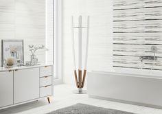 Biel, drewniane dodatki, biała łązienka. Artistic Way - Opoczno - biel jest ponadczasowa. Wystarczy urozmaicić ją artystycznym dekorem, kontrastującą listwą, a łazienka stanie się magicznym miejscem.
