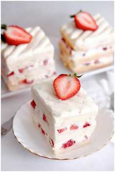 Strawberry-Chocolate Cake~ For an impressive (and super easy!) strawberry dessert all you need is cake mix, a cup of canned chocolate frosting, frozen whipped vanilla topping and strawberries. Strawberry Shortcake Recipes, Strawberry Recipes, Strawberry Topping, Japanese Strawberry Shortcake, Strawberry Farm, Strawberry Delight, Strawberry Cakes, Strawberry Cheesecake, Raspberry