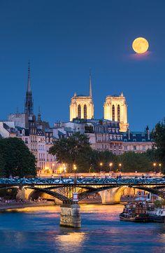 Moon rising over Paris and Notre-Dame cathedral. Lever de lune sur l'île de la cité. Paris, France.