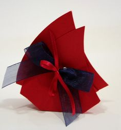Scatolina porta confetti in cartoncino rosso. Ideale come Bomboniera per Cresima, Laurea e Matrimonio. By C&C Creations Store