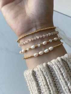 Handmade Wire Jewelry, Diy Crafts Jewelry, Cute Jewelry, Dainty Bracelets, Stretch Bracelets, Beaded Bracelets, Stacking Bracelets, Accesorios Casual, Bead Jewellery