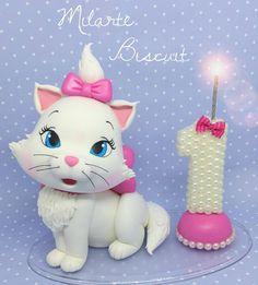 """Topo de bolo em biscuit gata Marie  (@milartebiscuit) no Instagram: """"Só hj eu percebi que ainda não tinha postado o topo completinho!  #milartebiscuit #biscuit…"""""""