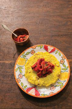 Frittata de mandioquinha com cebola | Receita Panelinha: Frittata é uma prima italiana da omelete, geralmente feita com batata e qualquer outro ingrediente que esteja dando sopa na geladeira. Com mandioquinha fica um arraso. Opção acertadíssima para quando você estiver sozinho.