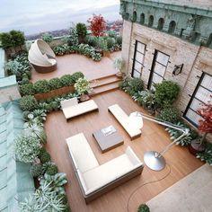 aménager une terrasse d'appartement avec meubles de jardin, plantes vertes, buis boule en pot et lampadaire déporté