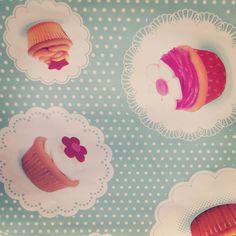 Une nappe gourmande facile à nettoyer façon cupcake ça vous dit ? De quoi égayer notre intèrieur et notamment nos jolies cuisines #tissutendance #tissuaumetre #nappe #colorful #deco