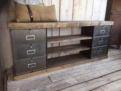 Un meuble tv réalisé avec des blocs de tiroirs métalliques et des planches de bois