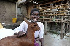 Olalia è cieca, ha ricevuto due capre grazie a un progetto di reinserimento, con cui può concimare il suo piccolo orto e procurarsi del cibo.  http://www.sightsavers.it/il_nostro_lavoro/le_persone_che_avete_aiutato/19509.html