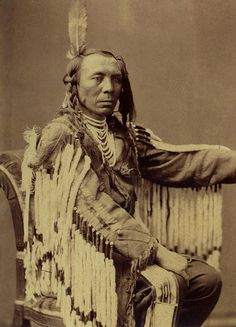 Chief Old Crow. Photo by C. Source -Yale Collection of Western Americana, Beinecke Rare Book and Manuscript Library. Native American Beauty, Native American Photos, American Indian Art, Native American Tribes, Native American History, American Indians, American Crow, Sioux, Crow Indians
