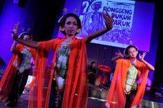 Tiga penari lengger dari Komunitas tari Wigati Banyumas menampilkan tari tradisional khas banyumas dalam peluncuran buku audio Ronggeng Dukuh Paruk karya Ahmad Tohari di Jakarta, Jumat (7/3/2014). Foto: Antara/Teresia May).