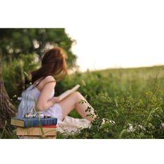 ¿Enamorado de un espacio de lectura como este? Encuentra la paz y el esparcimiento que buscas, haz que este espacio soñado sea una realidad en tu jardín. Mientras en #TerraPyJ hacemos el resto.  #TipsTerraPyJ  Contáctanos al tel. (4) 3860181 o visítanos en www.terra.net.co Imagen inspiración Pinterest