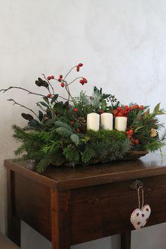 per casa di mio fratello una base di corteccia con cipressi, abeti, bacche di rosa, di edera, nandina, rami di  ilex , di ontano di cedro...