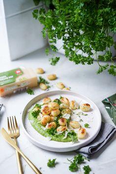 Gnocchis grillés et purée de brocoli au pesto Pesto, Gnocchi Recipes, Sauce Tomate, Tofu, Pasta Salad, Vegan, Ethnic Recipes, Roasted Garbanzo Beans, Gnocchi