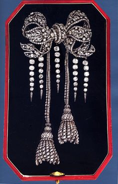 Among the Empress Eugenie's incredible jewels is this splendid diamond bow brooch, originally part of the Diamants de la Couronne,. Bow Jewelry, Royal Jewelry, Jewelery, Fine Jewelry, Jewelry Design, Victorian Jewelry, Antique Jewelry, Vintage Jewelry, Diamond Bows