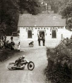 Henry Tyrell-Smith on a Rudge during the 1929 Senior event at Isle of Man TT. Vintage Bikes, Vintage Motorcycles, Isle Of Man Tt, Motorcycle Images, Norton Motorcycle, Retro Motorcycle, Motorcycle Helmet, Gp Moto, Gp F1