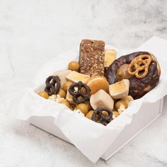 CARAMELICIOUS Salted Caramel Macaron, Salted Caramel Popcorn, Caramel Treats, Salted Pretzel, Salted Caramel Brownies, Chocolate Brownies, Dessert Boxes, Brownie Toppings
