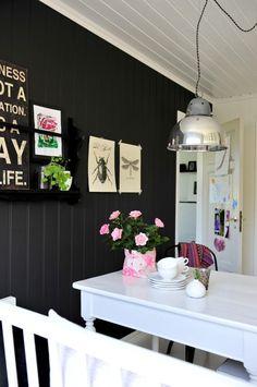 SVART VEGG: Veggen på kjøkkenet er malt med dempet svart fra Lady Pure Colour. Tallerkenhyllen er malt med en litt blankere maling. Plansjene og bildene på veggen er fra Kremmerhuset.