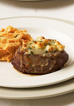 Cheese-Crusted Beef Tenderloin Steaks – Cue the cool jazz. This juicy steak with a savory blue-cheese-and-chive topping has all the makings of a classic night out. Table for two? (Beef Recipes For Two) Beef Tenderloin Steak Recipe, Beef Steaks, Easy Healthy Breakfast, Healthy Snacks, Scones, Granola, Quiche, Brunch, Filet Mignon