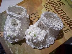 138 Baby Booties, Maryjanes with Flowers ~ free pattern ᛡ