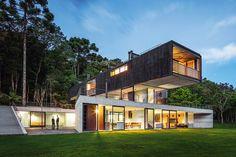 Concreto e estrutura metálica, vedada com madeira, são os materiais dos blocos que, rotacionados entre si, setorizam o programa da casa