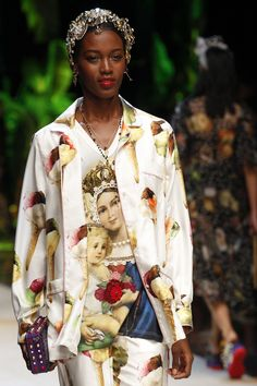 See all the Details photos from Dolce & Gabbana Spring/Summer 2017 Ready-To-Wear now on British Vogue Fashion Week, Fashion 2017, World Of Fashion, Runway Fashion, High Fashion, Fashion Show, Winter Fashion, Dolce & Gabbana, Haute Couture Looks