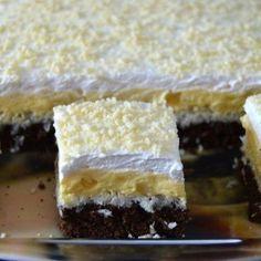 Ingrediente: Pentru blat cacao:  6 oua  4 lg faina  3 lg cacao  6 lg zahar  1 lgt praf de copt  un praf de sare Pentru bezea cocos:  4 albusuri  6 lg zahar  120 g cocos Citeste si...