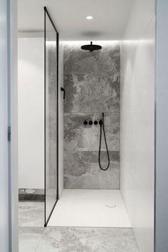 Walk-in shower with custom glass shower cabin - Badezimmer - Bathroom Towel Shower Cabin, Walk In Shower, Minimalist Bathroom, Modern Bathroom, Bathroom Black, Master Bathroom, Bathroom Ideas, Industrial Bathroom, Bathroom Wall